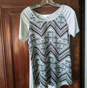 Grey t-shirt with geometric pattern on the front